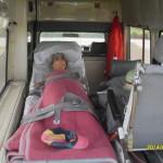 Der Mercedes Benz W123 300 mit Blick auf die Patientenliege
